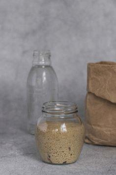 Aprende a hacer masa madre de centeno. Sourdough Bread, Rye, Glass Vase, Artisan, Food, Artisan Bread, Vegans, Studio, Yeast Bread
