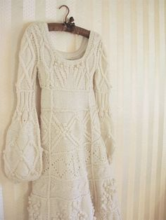 Don't be afraid of cold weather! Your wedding will be adorable – just dress up everyone and everything. Cable knit sweaters for you, your groom. Cool Winter, Champagne Dress, Knit Fashion, Knitted Blankets, Knitting Designs, Knit Dress, Hand Knitting, Knitwear, Knit Crochet