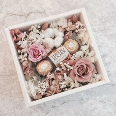 Flowers box chocolate with artificial flowers, request personalization in private message Creative Gift Baskets, Creative Gift Wrapping, Creative Gifts, Flower Box Gift, Flower Boxes, Flowers In A Box, Bouquet Box, Bouquet Flowers, Diy Gifts