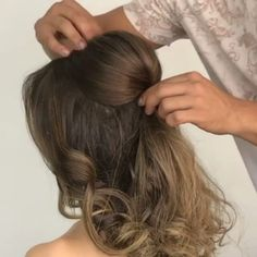 Beautiful chignon tutorial for medium hair Fast Hairstyles, Pretty Hairstyles, Braided Hairstyles, Cabelo Ombre Hair, Curly Hair Styles, Natural Hair Styles, Long Hair Cuts, Hair Videos, Prom Hair