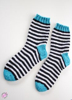 LANKAHELVETTI: Sinistä raitaa Wool Socks, Knitting Socks, Knitted Hats, Knitting Projects, Knitting Patterns, Crochet Patterns, Diy Crochet And Knitting, Stocking Tights, Fashion Socks