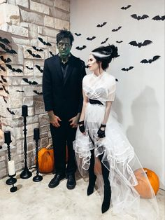 It's time to organise the best Halloween party! Check this list on Halloween party ideas: from DIY decoration ideas to party activities. Scary Couples Halloween Costumes, Classic Halloween Costumes, Looks Halloween, Halloween Outfits, Halloween Costume Makeup, Halloween 2019, Scary Girl Costumes, Mummy Costume Women, Clever Couple Costumes