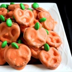 Pumpkin Pretzels - so easy and TOO cute! Great Halloween party treat!