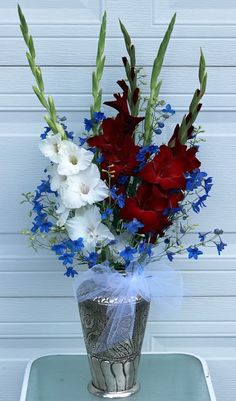 GLADIOLAS - Long-lasting spikes for beautiful arrangements Gladiolus Bouquet, Gladiolus Arrangements, Artificial Flower Arrangements, Artificial Flowers, Floral Arrangements, Flower Farm, Blooming Flowers, Tablescapes, Red Roses
