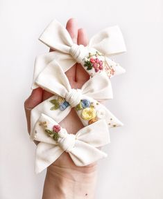Hand Embroidered Bows by Ellie and Fig - These bows are one of a kind. Hand embroidered flowers on a delicate, off white linen – the dream - Flower Embroidery Designs, Hand Embroidery Patterns, Diy Embroidery, Girls Hair Accessories, Handmade Accessories, Diy Hair Bows, Diy Headband, Baby Bows, Handmade Shop