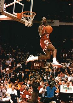 Michael Jordan on his way to a second Slam Dunk Champion title in 1988 Basketball // Sport // Historical Art Michael Jordan, Michael Jordan Pictures, Michael Jordan Chicago Bulls, Michael Jordan Basketball, Ar Jordan, Air Jordan Iii, Jordan Logo, Jordan Poster, Jordan Shoes