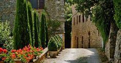 italienisches dorf restaurierte-häuser steinfassaden-ferienort toskana