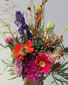 Je eigen creatie. Bruidsboeket gemaakt met allemaal kleuren en met een vetplant en cactus.