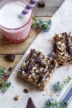 Healthy No-Bake Salted Dark Chocolate Chunk Oatmeal Cookie Bars #recipe #healthy