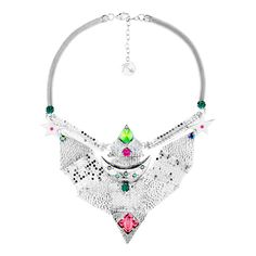 Plastron choker, one of the collection's iconic pieces. The necklace is in silver metal, with hammered metal pieces linked together with mesh chains. Kaleidoscope-effect crystals illuminate the star-shaped inscriptions and provide colour. The necklace closes with a snake chain.