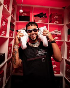 Behind The Scenes By footlocker Anuel Aa Wallpaper, Cute Tumblr Wallpaper, Puerto Rican Singers, Latin Artists, Cool Pokemon, Famous Celebrities, Baby Daddy, Red Background, My Boyfriend