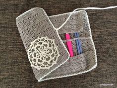 以前、編んだかぎ針ケースの編み図、書けました!まずは完成写真からどうぞ~かぎ針を収納してクルクルと巻いたところ^^ふと巻きぐらいの太さになります。中は、ポケットが11個。ただ、端のポケットを使うと、巻きづらくなるので、両