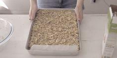 Acompanhada de frutas, sementes ou leite vegetal, esta crocante granola de mel e amêndoas, do canal Cozinha da Mari, é perfeita para começar o dia.