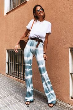 ¡Tie Dye Mania! - REAL ROSY CHIC Hippie Stil, Estilo Hippie, Tie Dye Pants, Tie Dye Shirts, Moda Tie Dye, T Shirt Branca, Tie Dye Fashion, How To Tie Dye, Tye Dye
