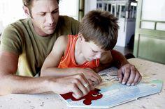 Comment préparer son enfant à l'apprentissage de la lecture ? Voici quelques idées d'activités issues de la méthode Montessori pour aider votre enfant dès 3 ans (enfin surtout dès qu'il manifeste un intérêt pou les lettres) à se familiariser avec  les lettres et les mots. À faire en famille bien sûr !