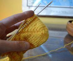 Tiimalasikantapää (ja mikä siinä voi mennä pieleen) Crochet Stitches, Knit Crochet, Learn How To Knit, Knitting Socks, Handicraft, Straw Bag, Knitting Patterns, Diy And Crafts, Upcycle