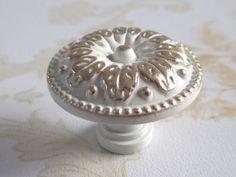 Weiß Gold Knäufe Möbel Griffe Knauf Knopf Blatt von LynnsGraceland auf DaWanda.com