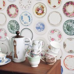 @studioditte Porselein Gekleurde Schotels behang prachtig voor aan de muur #behang #muur #enig #porselein #schotels #borden #origineel #bordjes #kleurrijk #design #Flinders