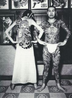 """""""La colección de tatuajes, que Miyake presentó en Nueva York en 1971, se inspiró en los tatuajes japoneses tradicionales que se realizan en homenaje a los muertos. Evocando esa tradición, él imprimió tatuajes a la memoria de Jimi Hendrix o Janis Joplin en tela de jersey """"/ Issey Miyake:. Hacer las cosas"""
