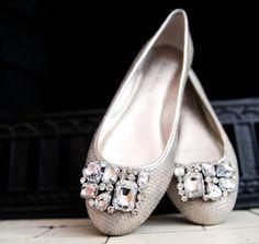 Ballerine da sposa con gioielli.