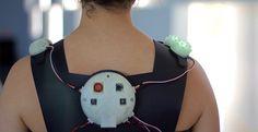Los españoles María Castellanos y Alberto Valverde han creado un vestido inteligente que captura datos agresivos del entorno para alertar a su usuario