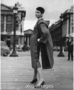 7IT-E2-AA218116 A black-and-white tweed dress and coat by Lanvin Castillo, 1956 akg-images / Mondadori Portfolio