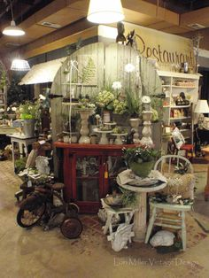 Love this display. Wouldn't it be fun to go junkin' in here? would look like a horders house to have house or yard this busy/cluttered. Neighors would sue you Antique Booth Displays, Antique Booth Ideas, Antique Mall Booth, Vintage Display, Flea Market Displays, Flea Market Booth, Store Displays, Flea Markets, Retail Displays