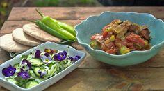 Squashgryte med agurksalat - Tareq Taylor serverer den varme squashgryten med tomater i pitabrød sammen med agurksalat. - Foto: Fra TV-serien Hygge i hagen / SVT