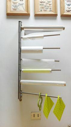 Porta asciugamani da bagno Ikea, trasformato in porta rotoli da cucina.