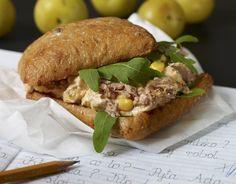 Kanapka z sałatką z kukurydzy i tuńczyka