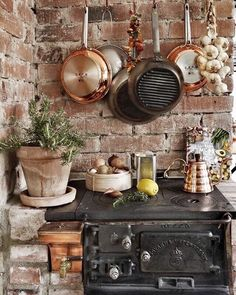 Rustikale Küche mit Backsteinwand und altem Ofen Rustic kitchen with brick wall and old oven Rustic Kitchen, Country Kitchen, Kitchen Decor, Kitchen Stove, Old Kitchen, Old Farmhouse Kitchen, Rustic Outdoor Kitchens, Kitchen Brick, Kitchen Ideas