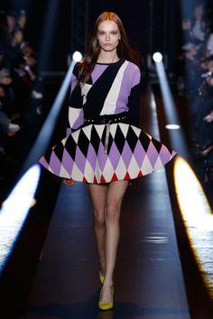Geometrias em destaque na coleção de Fausto Puglisi. Marca desfilou no primeiro dia da Semana de Moda de Milão