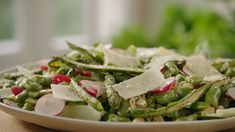 Gezond, snel én lekker, dat is deze salade. Met asperges, tuinbonen, courgette en radijsjes. Heerlijk.