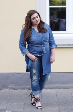 Brown haired Plus Size Girl, Curvy Girl Denim Look, Plus Size Fashion Denim Look