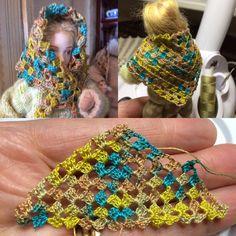 Liukuvärjätty Venne-lanka, 0,65 virkkuukoukulla itsevirkattu hartiahuivi jonka voi kietaista myös huiviksi päähän 1:12 nukeille