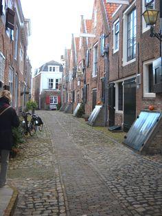 De Kuiperspoort. Een prachtige gerenoveerde straat. Voorheen stonden hier de pakhuizen van de Oostindische Compagnie.