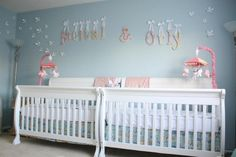 chambre de bébé pour jumeaux avec lits en bois solide