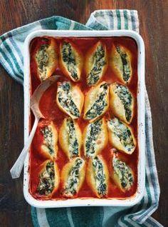 En Italie, les tomates, épinards, courges, ail et autres légumes poussent en abondance sous un soleil éclatant à longueur d'année. Il est donc normal que la cuisine italienne soit d'abord une cuisine de légumes. Jumbo Pasta Shells, Stuffed Pasta Shells, Baked Pasta Recipes, Baking Recipes, Spaghetti Recipes, Rose Sauce Pasta, Ricotta, Ricardo Recipe, Cooking Cream