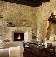 luxuslakások, kőből épített kandalló mediterrán vendégházban