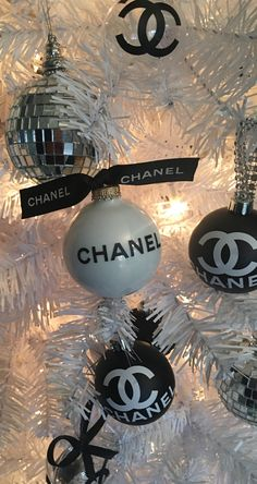 Need theses for my Xmas tree 🌲 pinkchristmas Noel Christmas, Christmas 2019, Christmas Bulbs, Christmas Gifts, Christmas Decorations, Holiday Decor, Photo Trop Belle, Chanel Decor, Black And White Aesthetic