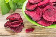 Low calorie chips recipe If you are taking care for your health, you must try to avoid the over salted classic chips Healthy Office Snacks, Snacks For Work, Baked Beet Chips, Aperitivos Finger Food, Healthy Chip Alternative, Brussel Sprout Chips, Healthy Chips, Vegetable Chips, Beet Recipes