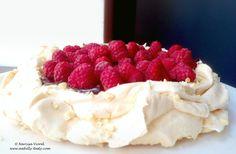 Chocolate raspberry pavlova with raw peanuts and rose water meringue Raspberry Pavlova, Raw Peanuts, Chocolate Sweets, Bruschetta, Cheesecakes, Pesto, Tart, Deserts, Strawberry