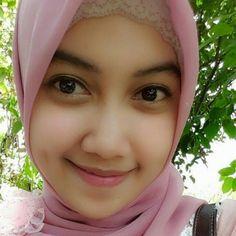 Jovencita con hiyab rosa.
