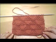 غرزة المثلث المموج (تريكو ).... knit wave Triangle stitch Pouches, Baby Knitting, Crochet, Straw Bag, Knitting Patterns, Dan, Tube, Reusable Tote Bags, Blanket