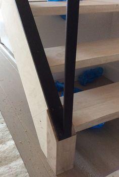 Strakke trapleuning en bijhorende balustrade in zwarte structuurlak, de perfecte combinatie met de lichte houttinten in deze traphal. Maatwerk in opdracht van Mortier Renovatiewerken. Vraag ook vrijblijvend uw offerte op maat: kristof.syryn@emts.be #steel #stairs #black #metal #escaliers #noir #design #modern