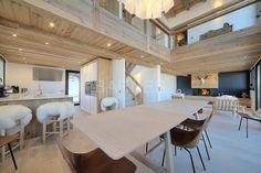 A deux pas du centre de Megève, chalet neuf d'environ 220 m². Vue panoramique sur le massif du Jaillet et la chaîne des Aravis. Cuisine...