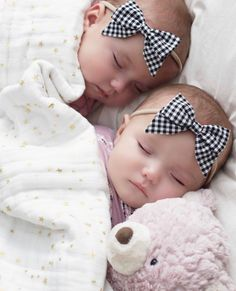 Resultado de imagem para taytum and oakley Cute Baby Twins, Twin Baby Girls, Cute Little Baby, Baby Kind, Twin Babies, Little Babies, Baby Love, Sleeping Babies, Precious Children