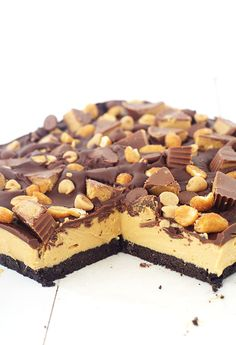 Loaded Oreo Peanut Butter Bars with an Oreo crust, a peanut butter filling and dark chocolate topped with peanut butter cups and honey roasted peanuts, Peanut Butter Filling, Peanut Butter Chips, Chocolate Peanut Butter, Chocolate Topping, Chocolate Desserts, Chocolate Chip Cookies, Chocolate Oreo, Yummy Treats, Delicious Desserts
