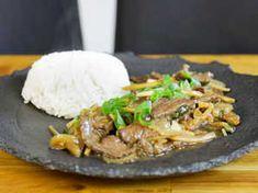 Kinesisk biff med sötsur sås | Recept från Köket.se Food Inspiration, Stew, Food And Drink, Rice, Asian, Meat, One Pot, Asian Cat, Laughter