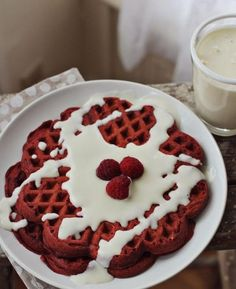 Red velvet for breakfast, YUM! Red velvet waffles with cream cheese frosting recipe Yummy Treats, Sweet Treats, Yummy Food, Red Velvet Waffles, Waffle Iron Recipes, Cupcakes, Pastel, So Little Time, Chocolate